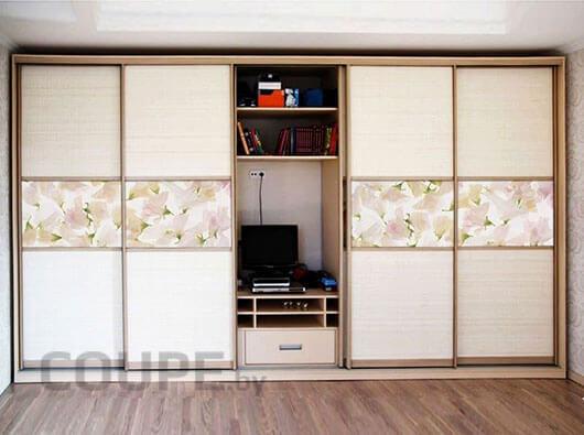 Большой шкаф-купе на 4 двери с промежуточным проемом для телевизора