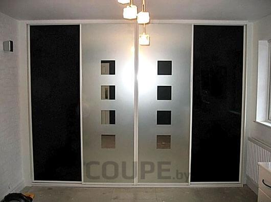 Четырехдверный шкаф-купе с черными боковыми дверями и оригинальным дизайном по центру