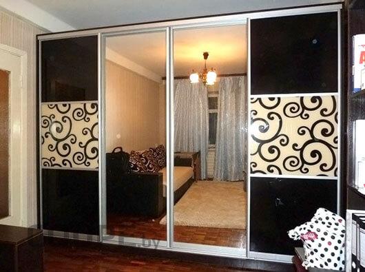 4-дверный шкаф-купе с двумя зеркальными дверями и черно-белым рисунком из лакобеля