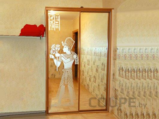 Зеркальный шкаф купе с зеркальным фасадом и рисунком в египетском стиле