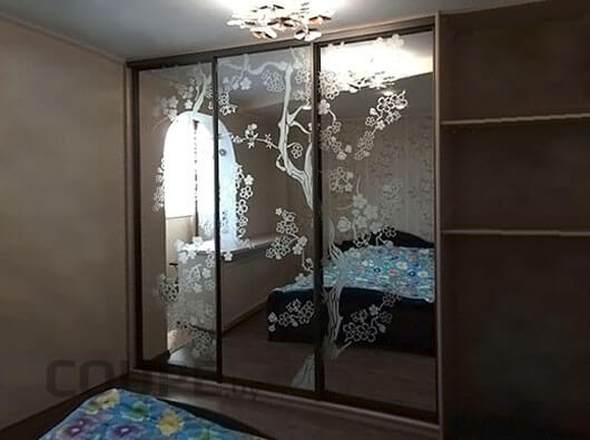 Трехдверный шкаф-купе с зеркальным фасадом и пескоструем в виде сакуры